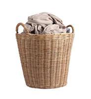 Korb mit schmutziger Wäsche auf weißem Hintergrund foto