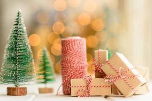 rote und grüne Elemente, die verwendet werden, um den Weihnachtsbaum zu schmücken foto