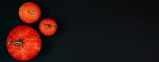schöne Kürbisse auf schwarzem Hintergrund foto