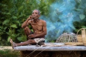 älterer Mann Lebensstil der Einheimischen mit handwerklichem Bambus foto