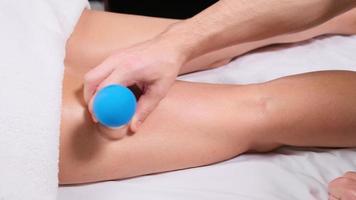 junge Frau, die Vakuum-Beinmassage erhält. Masseur legt Saugnapf auf Bein. Nahaufnahme foto