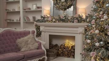 Weihnachtsfeier in gemütlichem Interieur mit dekoriertem Neujahrsbaum, Kamin und Sofa. Abendzeit. Winterferien foto