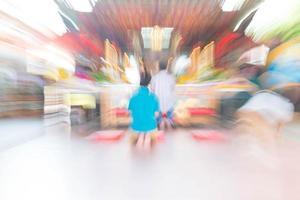 abstrakte Unschärfe Menschen am Schrein für Hintergrund foto
