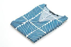 blaues T-Shirt mit weißem Streifen auf weißem Hintergrund foto