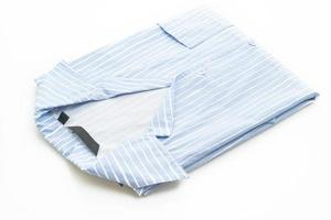 blaues Hemd mit weißem Streifen auf weißem Hintergrund foto