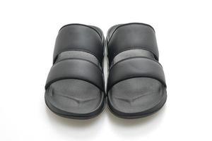 schwarze Ledersandalen isoliert auf weißem Hintergrund foto