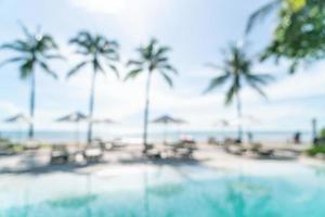 abstrakter Blurbettpool um den Pool im Luxushotelresort für Hintergrund - Urlaubs- und Urlaubskonzept foto