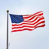 die Flagge der Vereinigten Staaten von Amerika an einem sonnigen Tag. foto