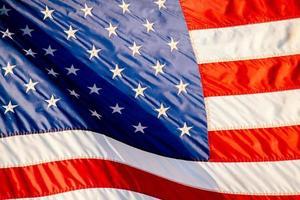 Die Flagge der Vereinigten Staaten von Amerika an einem sonnigen Tag foto