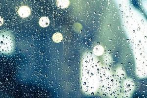 Regentropfen am Fenster foto