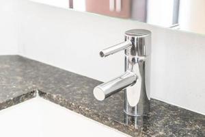 Wasserhahn Waschbecken Dekoration im Badezimmer foto