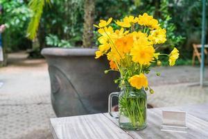 gelbe Blumendekoration auf dem Esstisch foto
