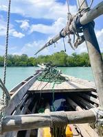 eine Front des alten Holzbootes auf einem Ozean in Sansibar. Reisen in ein exotisches Land foto