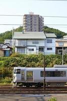 Nahverkehrszug und Gebäude in Japan foto