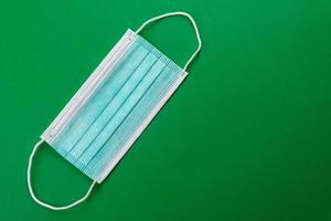 medizinische Maske auf farbigem Hintergrund foto