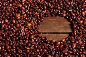 Körner von frisch geröstetem Kaffee Nahaufnahme vor einem dunklen Hintergrund foto