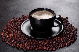 eine Tasse frisch duftenden Morgenkaffee für einen fröhlichen Start in den Tag foto