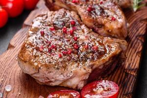 frisches leckeres saftiges Steak auf den Knochen mit Gemüse foto