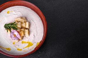köstliche schöne Pilzsuppe in einem braunen Teller mit einem Holzlöffel foto