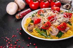 Spaghetti mit Champignons, Käse, Spinat, Rukkola und Cherrytomaten foto