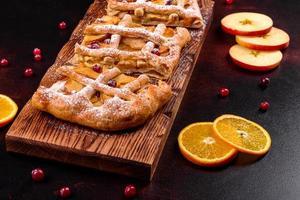 leckerer frischer Kuchen gebacken mit Apfel, Birnen und Beeren foto