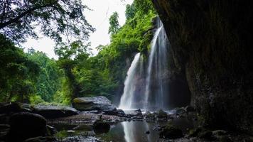 Haew Suwat Wasserfall im tropischen Regenwald foto
