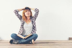 junge Hipster-Frau las mit Interesse. überraschtes Mädchen mit Buch. foto