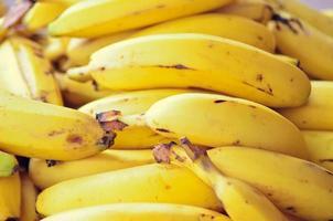 tropische reife Banane, die auf dem Markt verkauft wird foto
