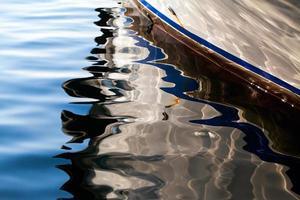 Bootsreflexion auf dem Meerwasser foto