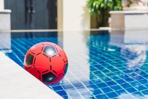 aufblasbarer bunter Ball, der in einem Schwimmbad schwimmt foto