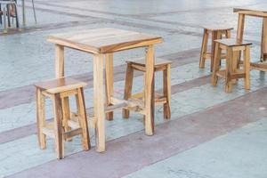 leerer Holztisch und Stuhl im Restaurant foto