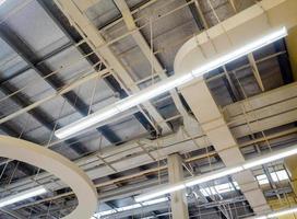 deckenmontierte Lampenrohre und Luftkanäle und Kommunikationssystem foto