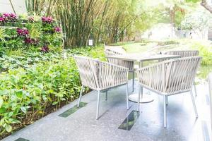Außenterrasse mit leerem Stuhl und Tisch foto