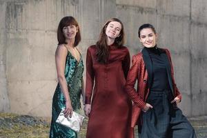 drei hübsche frauen mode straßenstil lächelnd foto