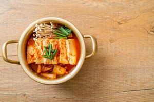 Kimchi-Suppe mit weichem Tofu oder koreanischem Kimchi-Eintopf foto