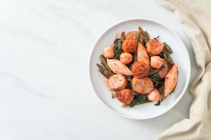 frittierte Fischbällchen mit Yentafo-Sauce verrühren foto
