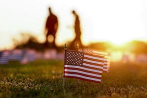 Amerikas Nationalflaggen mit Menschen im Hintergrund foto
