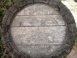 der Boden des alten Eichenfasses ist außen grau foto