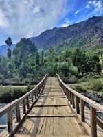 Holzbrücke am Fluss Neelum in Gurez Kaschmir foto