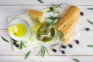 natives Olivenöl extra mit Brot foto