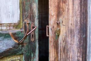 alte offene Tür mit kaputtem Schloss foto