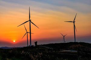 Windturbinenpark bei Sonnenuntergang foto