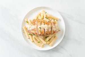 hausgemachte Quadrotto Penne Pasta weiße Sahnesauce mit gegrilltem Hähnchen foto