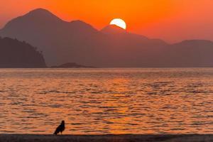Sonnenaufgang am Strand der Copacabana in Rio de Janeiro, Brasilien. foto