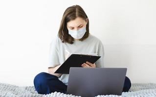 Coronavirus. Quarantäne. Mädchen und Fernunterricht. online studieren. foto