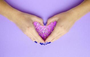 Mädchen, das Händchen hält mit Herz. stylisch trendy foto