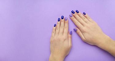 stilvolle trendige Damenmaniküre. blau und lila foto