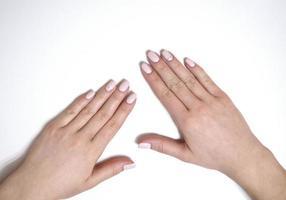 weibliche Maniküre auf weißem Hintergrund. einfach foto