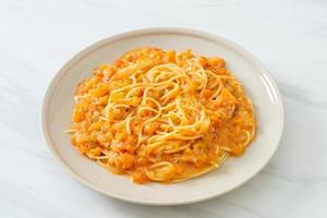 Spaghetti Nudeln mit cremiger Tomatensauce oder rosa Sauce foto