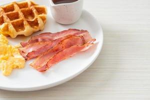 Rührei mit Speck und Waffel zum Frühstück foto